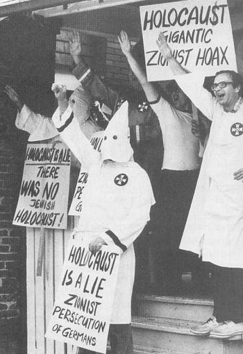 <p>Den amerikanske rasistiske organisasjonen Ku Klux Klan demonstrerer. På plakatene omtales Holocaust som en «sionistisk løgn».</p>